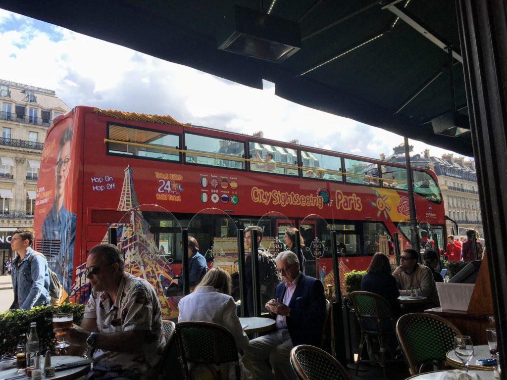 フランス-パリ-オペラ座-ガルニエ宮前に停車する乗り降り自由観光バス
