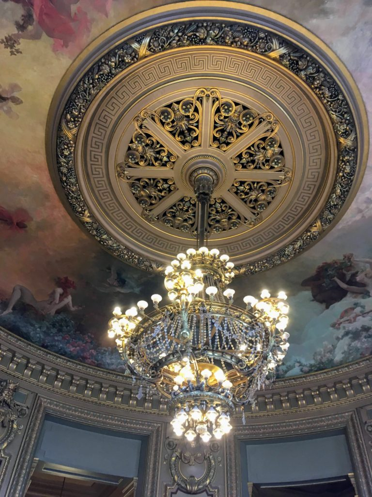 フランス-パリ-オペラ座-ガルニエ宮内観-小さめのシャンデリア