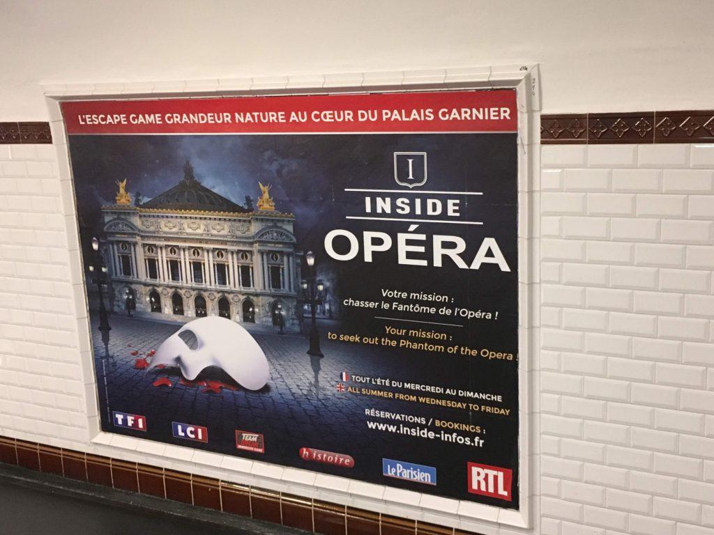 パリの地下鉄内にあるオペラ座脱出ゲームのポスター