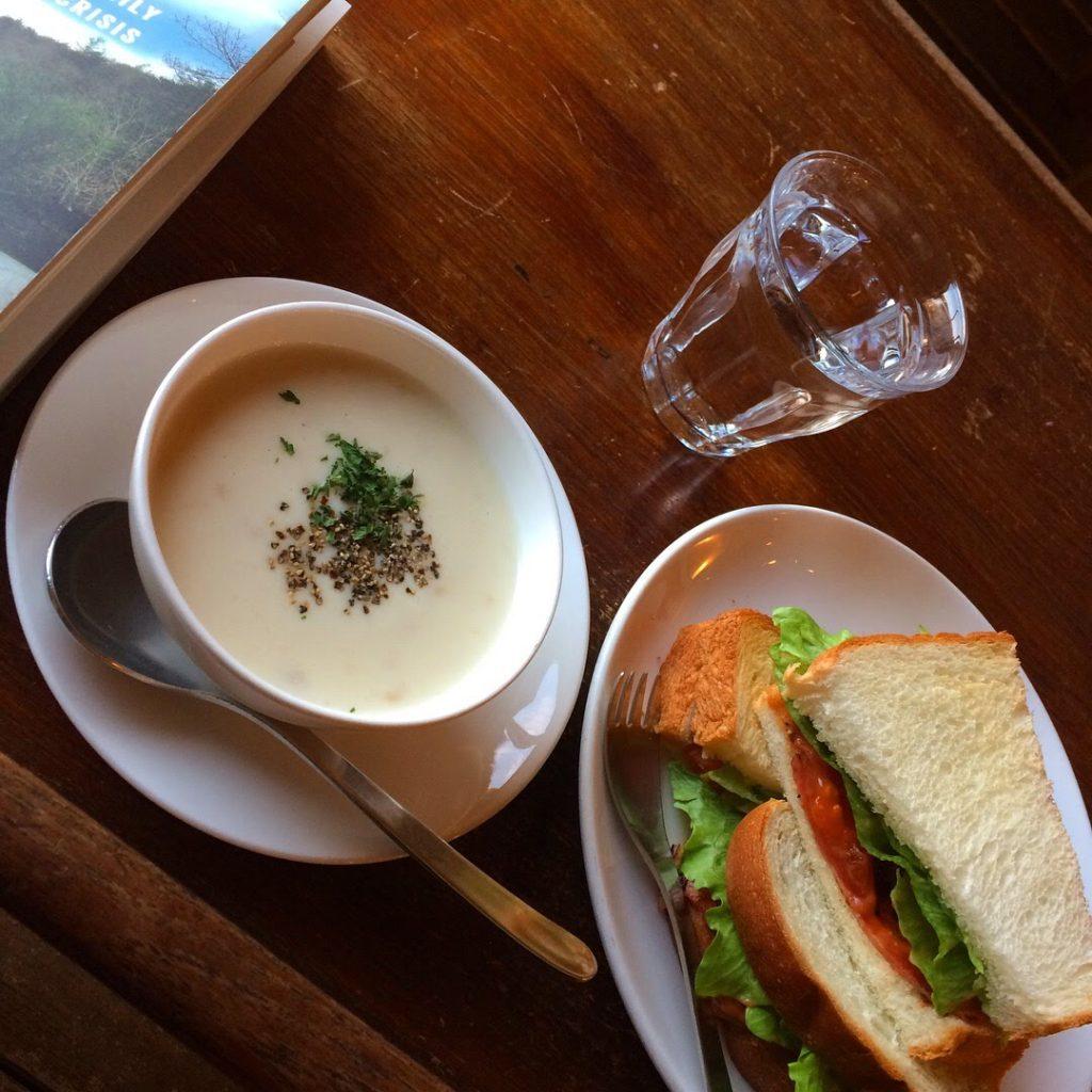 京都カフェ efish サンドイッチとクラムチャウダー
